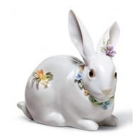 Figurka Zając z kwiatami siedzący 11cm