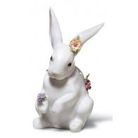 Figurka - Zając z kwiatami stojący
