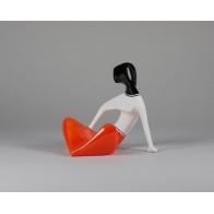 Dziewczyna siedząca - pomarańczowa