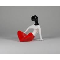 Dziewczyna siedząca - czerwona, gładka