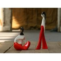 Figurki Dziewczyna siedząca i w spodniach CZERWONE